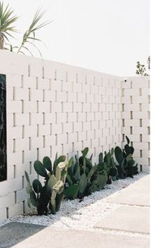 Landscaping With Rocks - How You Can Use Rocks Thoroughly Within Your Landscape Style Kerb Appeal Entrance Inspiration Fall For Diy Breeze Block Wall, Kerb Appeal, White Brick Walls, Stone Walls, Front Yard Landscaping, Landscaping Ideas, Boxwood Landscaping, Farmhouse Landscaping, Exterior Design