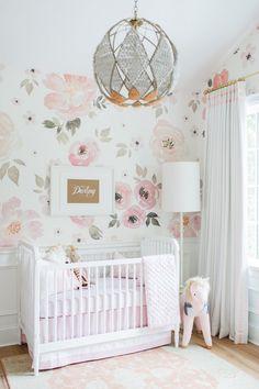 Babyzimmer mit Rosentapete gestalten