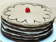 Brucelina de Chocolate  Discos finos y suave galleta de chocolate rellenos de crema chantilly y fudge. Decorado con fudge, crema de chocolate y cereza.