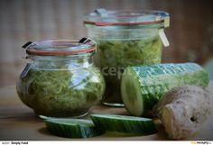 Okurky omyjte, pokud chcete můžete i oloupat, ale není to nutné. Omyté okurky nastrouhejte na struhadle, já použila hrubší nudličky, protože mám... Simply Recipes, Healthy Drinks, Pickles, Cucumber, Detox, Mason Jars, Diy And Crafts, Food And Drink, Herbs