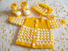 Baby-Ausfahrgarnitur in sonnengelb/weiss wurde mit Babywolle, einem sehr schönen aufwändigem Muster sorgfältigst gestrickt. Pflegeleicht Feine Babywolle, nicht kratzend und softweich. Für Mädchen...
