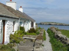 Nice row of cottages at Moelfre on Anglesey North Wales. Wales Uk, North Wales, Cymric, Welsh Cottage, Cottages By The Sea, Anglesey, Places Of Interest, Fantasy Inspiration, Art Tips