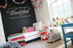 παιδικο δωματιο με μαυροπινακα πανω απο το κρεβατι