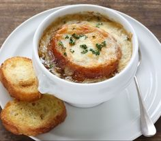 Oven-Baked Onion Soup: In this weather, who wouldn't want a big bowl of tasty soup? Onion soup to be specific. Crockpot French Onion Soup, Onion Soup Recipes, Baked Onions, Broccoli Cheddar, Brocolli, Broccoli Soup, Oven Baked, Soup And Salad, Soups And Stews