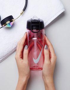 ¡Consigue este tipo de deportivas de Nike ahora! Haz clic para ver los detalles. Envíos gratis a toda España. Botella de agua con logo de Nike: Botella de agua de Nike, Exterior transparente, Parte superior de rosca, Logo característico de Nike, La boquilla SwitchFlow sirve a 90° para un flujo rápido y una mayor hidratación, Asa de seguridad, 96% plástico, 3% silicona, 1% acero inoxidable. Nike domina la industria de la ropa de deporte dando un toque fresco y a la última a prendas ca...
