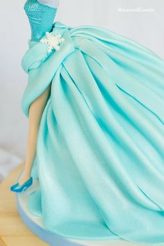 Tarta de muñeca Elsa (Elsa Doll cake) Frozen Doll Cake, Frozen Party Cake, Elsa Doll Cake, Frozen Party Decorations, Frozen Dolls, Frozen Theme, Muñeca Elsa Frozen, Pastel Frozen, Birthday Cake Video
