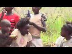 Een kort filmpje met echte beelden uit Congo in Afrika, een klein dorpje in het uiterste zuiden. Waarmee spelen kinderen daar, in dorpjes waar zelden Westerl...