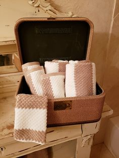 Beekeeper's Tip: Expecting house guests this holiday season? Use vintage suitcases to organize towels and the like for your company. Organize Towels, Towel Organization, House Guests, Vintage Suitcases, Urban Farmhouse, Bee Keeping, Display Ideas, Cottage, Rustic