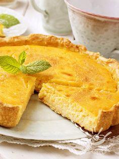 La Crostata di ricotta agli agrumi è un dolce molto delicato e raffinato, che può fare da gustoso fine pasto o essere servito per la merenda.