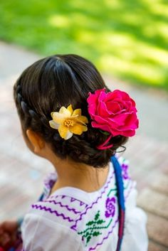 Cinco de Mayo Wedding lovely hair flowers for a flower girl // photo by Little Girl Hairstyles, Pretty Hairstyles, Straight Hairstyles, Braided Hairstyles, Men's Hairstyles, Hairstyle Ideas, Mexican Hairstyles, Home Design, Bobs Blondes