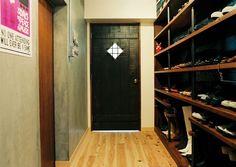 <p>お気に入りの靴が廊下にズラリ。重厚なアンティークドアが先の空間への期待感を高めます。</p>