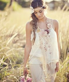 bohemian boho style hippy hippie chic bohème vibe gypsy fashion indie folk look outfit Bohemian Bride, Bohemian Gypsy, Gypsy Style, Hippie Chic, Bohemian Style, Boho Chic, Bohemian Weddings, White Bohemian, Paisley
