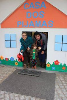 Entrada da escola Special Day, Internet, School, Crafts, Pajama Day, Sleepover, School Entrance, Decorated Doors, Enchanted Garden