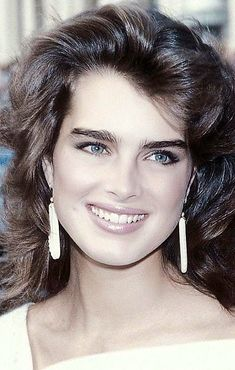 I like her eyebrows because they are similar to mine. Brooke Shields Young, Beautiful Actresses, Pretty Face, Her Hair, Beauty Women, Fashion Beauty, Hair Beauty, Beautiful Women, Hollywood