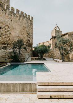 piscina minimalista en un entorno rustico castillo de Peratallada por Mesura arquitectura