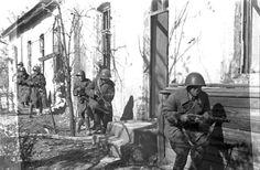 Гвардейцы разведроты лейтенанта Левченко на окраине Сталинграда. 1942г