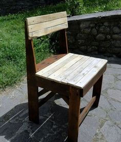 To make a pallet chair using these recycled pallets is an awesome idea. You can make small or big chair depending on your need and choice. The pallet chair can Making Pallet Furniture, Pallet Furniture Designs, Wooden Pallet Furniture, Pallet Designs, Recycled Furniture, Wooden Pallets, Handmade Furniture, Furniture Projects, Diy Furniture