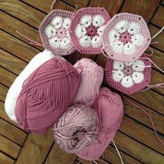 Crocheted African Flowers (hexagons). ☀CQ #crochet #crochetflowers http://www.pinterest.com/CoronaQueen/crochet-leaves-and-flowers-corona/