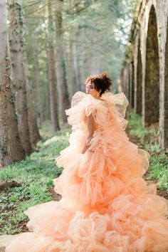 Happy Monday, Cakies! How gorgeous is this fluffy peach wedding gown? It's just one of the dreamy, couture bridal looks French wedding planners HEDHERA paired with romantic fall inspiration at Domaine des Halles. The editorial combines the softness of spring with the earth tones of autumn for an elegant vignette at the historic chateau. Bridal Looks, Bridal Style, Autumn Inspiration, Wedding Inspiration, 100 Layer Cake, French Wedding, Mermaid Birthday, Wedding Styles, Wedding Colors