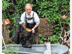 So schaugt's aus, wenn der Greiner Herbert in seim Gartn a Hirschlederne wascht. Foto Hötzelsperger