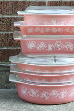 Vintage Pink Pyrex - I have a strange affection for vintage Pyrex. No pink. Wish i had more room to collect and store them. Vintage Kitchenware, Vintage Dishes, Vintage Glassware, Vintage Bowls, Pink Pyrex, Pyrex Bowls, Pink Daisy, Vintage Pink, Mid-century Modern