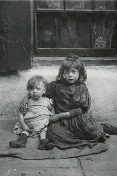 Nellie and Annie Lyons Born in 1901 and 1895, the ninth and sixth of 10 children of Annie Daniels and William Lyons, both street hawkers. Only half the Lyons children survived into adulthood
