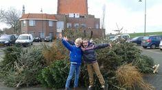 Medemblik - Heeft u ze ook door Medemblik zien sjouwen? Ingmar Visser en Rowan van Eig... 3 ochtenden lang sleepten zij de ene na de ander kerstboom door Medemblik naar het verzamelpunt in Medembli...