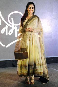 Pregnant Genelia D'Souza posing with her baby bump Genelia D'souza, Indian Wedding Outfits, Bump, Kurti, Desi, Ethnic, Saree, Celebs, Actresses