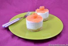 Cheesecake salato al salmone - Il cheesecake salato al salmone è un bell'antipasto sfizioso, che potete aggiungere al vostro menu di Natale. Erano mesi che volevo preparare qualcosa del genere, ma l'idea di preparare un'intero cheesecake salato, mi atterriva, perchè poi non avevo idea di come farlo a mangiare tutto. Così ho trovato un compromesso: ne ho fatti due [...]
