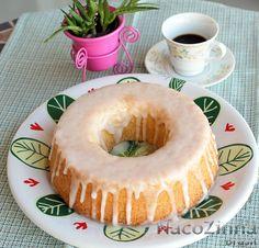 O bolo de limão azedinho recebeu esse nome porque leva suco e raspa de limão, além de cobertura com suco. Fica equilibrado entre o azedinho e o doce.