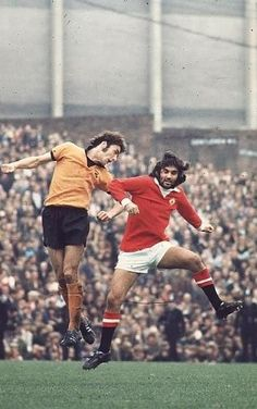 Wolves 1 Man Utd 0 in Jan 1973 at Molineux. John McHale heads away from George Best in the FA Cup Round. Manchester United Gifts, Manchester United Legends, Manchester United Football, Match Of The Day, Premier League Champions, England Football, Retro Football, Athletic Clubs, Professional Football