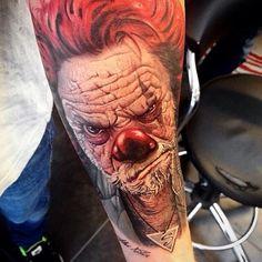A horror tattoo piece by artist Alex de Pase. Payasa Tattoo, Clown Tattoo, Tattoo Hals, Sweet Tattoos, Dope Tattoos, Horror Tattoos, Amazing Tattoos, Off The Map Tattoo, Tattoo Addiction