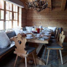 favolosa accogliente tavola montanara....adattissima anche a casa mia. ci farò un pensierino