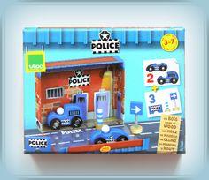 TWÓJ POMYSŁ NA PREZENT-  GARAŻ ZESTAW POLICJA Łatwa do zabrania ze sobą, poręczna zabawka. Otwieramy pudełko, uruchamiamy wyobraźnię i czas mija błyskawicznie. Ciekawe uzupełnienie chłopięcej kolekcji samochodzików. W kolekcji również straż pożarna, mechanik i zestaw wyścigowy.