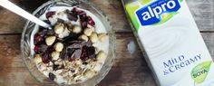 Gewoon wat een studentje 's avonds eet: Ontbijt: Alpro Mild & Creamy met cranberries, ontbijtgranen, chocolade en hazelnoten & Toetje: Alpro...