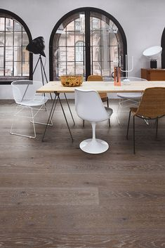 Find your floor with Boen. We offer parquet and hardwood floor in 1 strip plank and 3 strip. Classic, modern flooring of high quality produced in Europe. Modern Flooring, Luxury Flooring, Engineered Hardwood Flooring, Grey Flooring, Dark Wood Floors, Dark Interiors, Floor Design, Interior Inspiration, Furniture Design