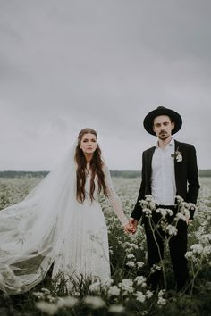 This folksy couple's meadow couple portraits are so stunning | Image by Linda Lauva Photography