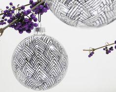 Die handbemalte Christbaumkugel, Baumkugel, Weihnachtskugel aus Glas ist die richtige Weihnachtsdekoration für stilvolle Räume. Eine individuelle Glaskugel mit gradlinigem Zickzack-Muster, für die Zweige in der Vase, für den Weihnachtsbaum oder die Dekoration am Fenster. Die Dekokugel hat eine Aufhängung mit einem Band aus reiner Seide in schwarz.  Die Glaskugel wird mit einer süßen Geschenkverpackung mit Sichtfenster geliefert.     Durchmesser – 8 cm    Der Preis gilt für eine…