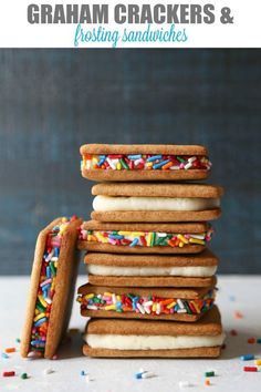 This is a favorite from my childhood— graham crackers + frosting! Graham Cracker Cookies, Graham Cracker Recipes, Homemade Graham Crackers, Köstliche Desserts, Delicious Desserts, Yummy Snacks, Yummy Food, Snack Recipes, Dessert Recipes