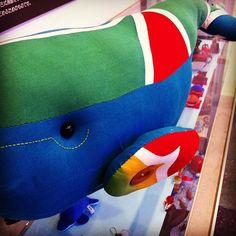 いろんな鯨コレクションコーナー。大漁旗で作られたと思われるくじらちゃん。連れて帰りたいかわいさ♡ @ くじら資料館 instagram.com/p/aUi_0yyn7o/