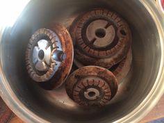 Come pulire i fornelli in alluminio, niente lavastoviglie perché si anneriscono o prodotti troppo forti perché si rovinano, l'aceto e una retina bastano. Mettete in una pantola l'aceto e i fornelli e portate a bollore.