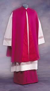 MANTELETE: Vestidura de dos aberturas para sacar los brazos.