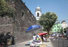 Iglesia de la Conchita. Calle Libertad. Podemos notar en la fotografía que la presencia de la religión en Tepito nunca ha estado ausente; sin embargo, el comercio no se detiene y a un lado existe también el ambulantaje.