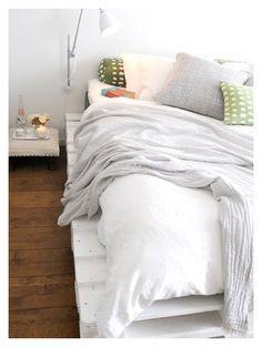 白でペイントされたすのこベッド。ホワイト系のリネンとコーディネートすれば、じゅうぶんお洒落にみえます!