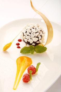 Geeiste Schokoladenpraline auf Mangomark Mango, Panna Cotta, Ethnic Recipes, Food, Chocolate Candies, Schokolade, Garnishing, Credenzas, Ice