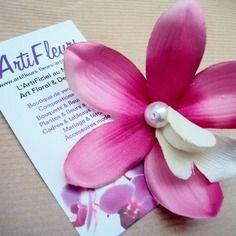Broche ou barrette fleuron orchidée rose coeur blanc et perle