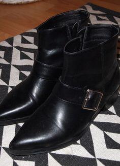 À vendre sur #vintedfrance ! http://www.vinted.fr/chaussures-femmes/bottes-and-bottines/30765017-bottines-noires-avec-sangle