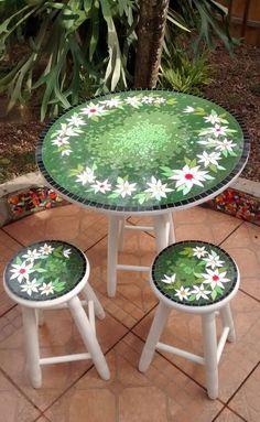 Mesa e banqueta em mosaico. Material: Azulejos, pastilhas de vidro. Base: Compensado naval. Obs.: Dependendo do local o envio será por transportadora. Devido tamanho. Medida tampo da mesa: com 60cm de diametro x 2cm expessura - Altura da mesa: 72cm. Medida banqueta: 27cm de diametro x 49cm d... Mosaic Art Projects, Stained Glass Projects, Tile Crafts, Mosaic Crafts, Mosaic Tray, Mosaic Tiles, Mosaic Designs, Mosaic Patterns, Design Vitrail