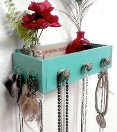La réutilisation d'un tiroir accroché au mur pour y ranger tout et n'importe quoi