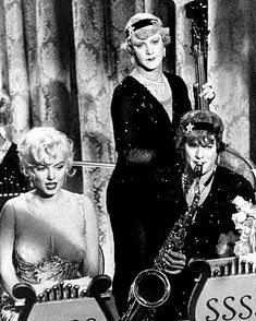 Marilyn Monroe, Jack Lemmon and Tony Curtis in Some Like It Hot, 1958 Old Hollywood Movies, Hollywood Icons, Vintage Hollywood, Classic Hollywood, Jack Lemmon Movies, Comedy Tonight, Nostalgia, Tony Curtis, Marilyn Monroe Photos